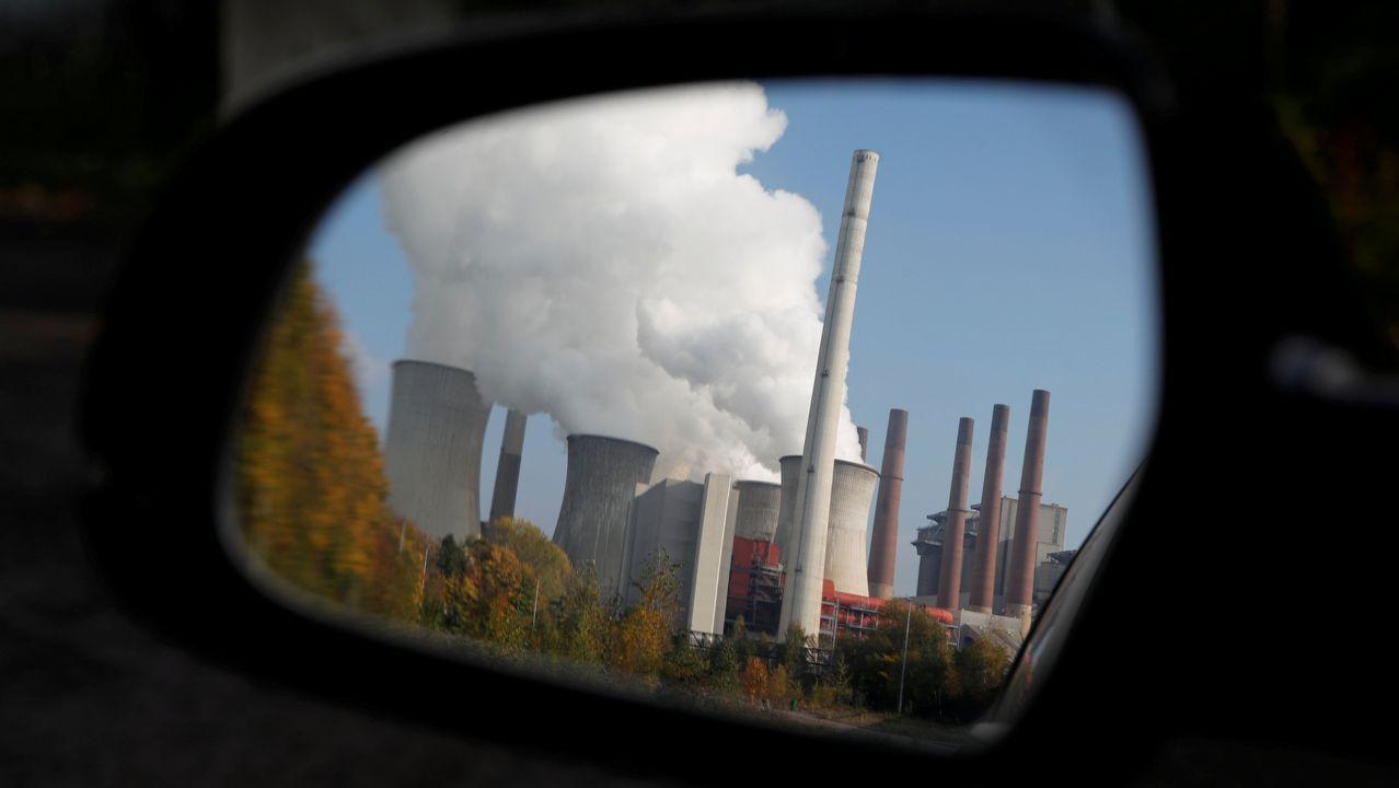 Activistas de Greenpeace escalan la torre de la central térmica de Meirama.Humo saliendo de una fabrica de carbón en Neurath (Alemania).