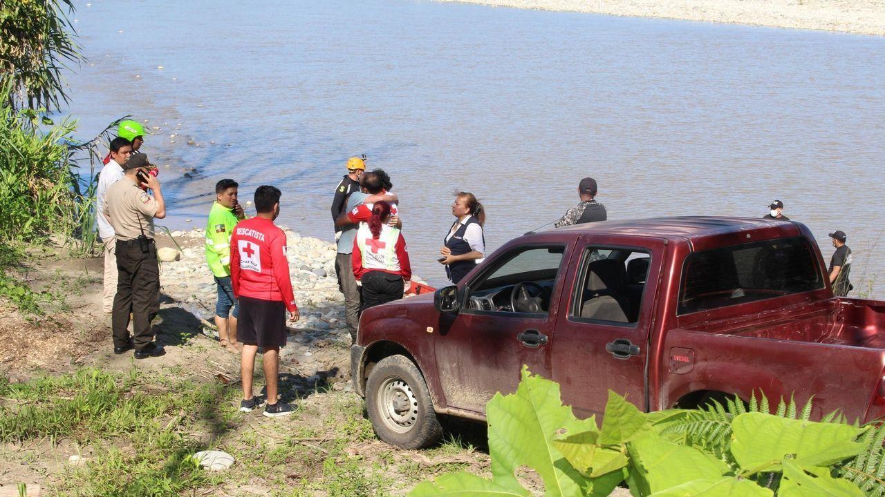 El cuerpo de Manuel Tundidor es recuperado del río cuya corriente lo arrastró el viernes cuando se bañaba con otro compañero que logró alcanzar la orilla