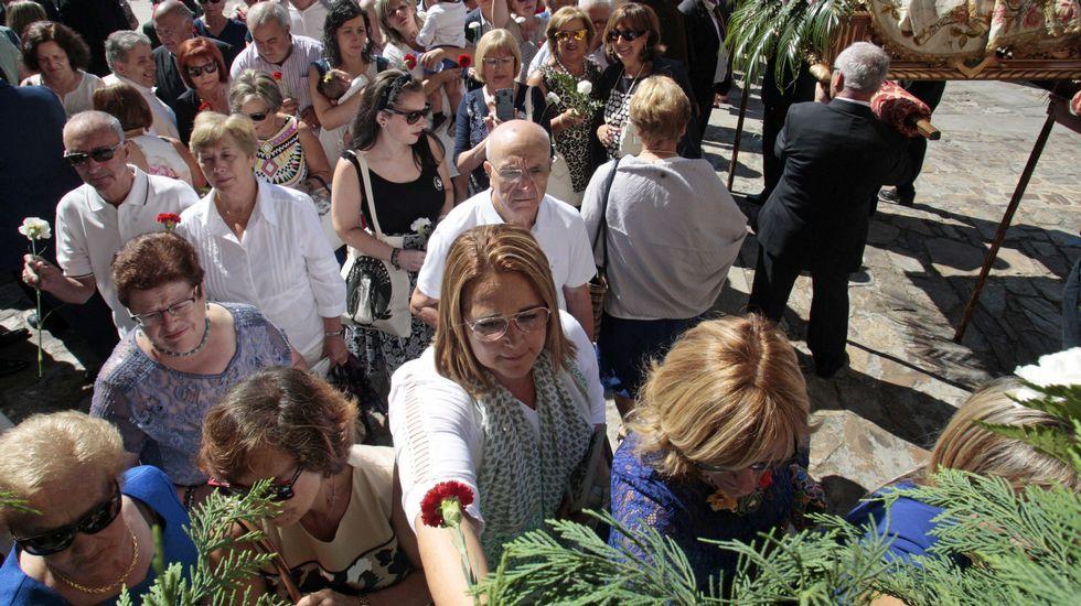La procesión previa a la ofrenda floral, con la torre del castillo de San Vicente de fondo.Cientos de personas participaron esta mañana en la ofrenda de flores a la virgen de Montserrat, como cada 15 de agosto en Monforte