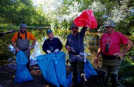 Melide.Voluntarios en una reciente batida de limpieza en el Furelos.