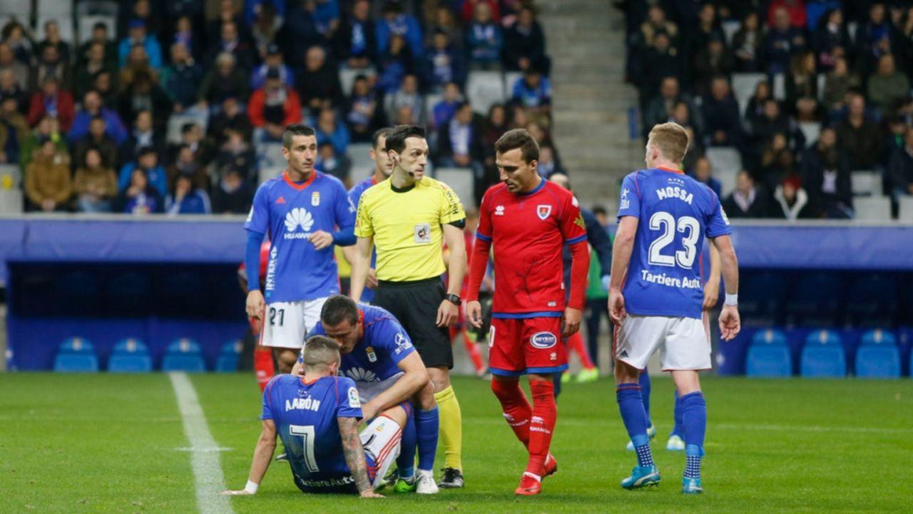 Aaron lesion Carlos Tartiere Real Oviedo Numancia Horizontal.Aaron, en el cesped tras lesionarse ante el Numancia
