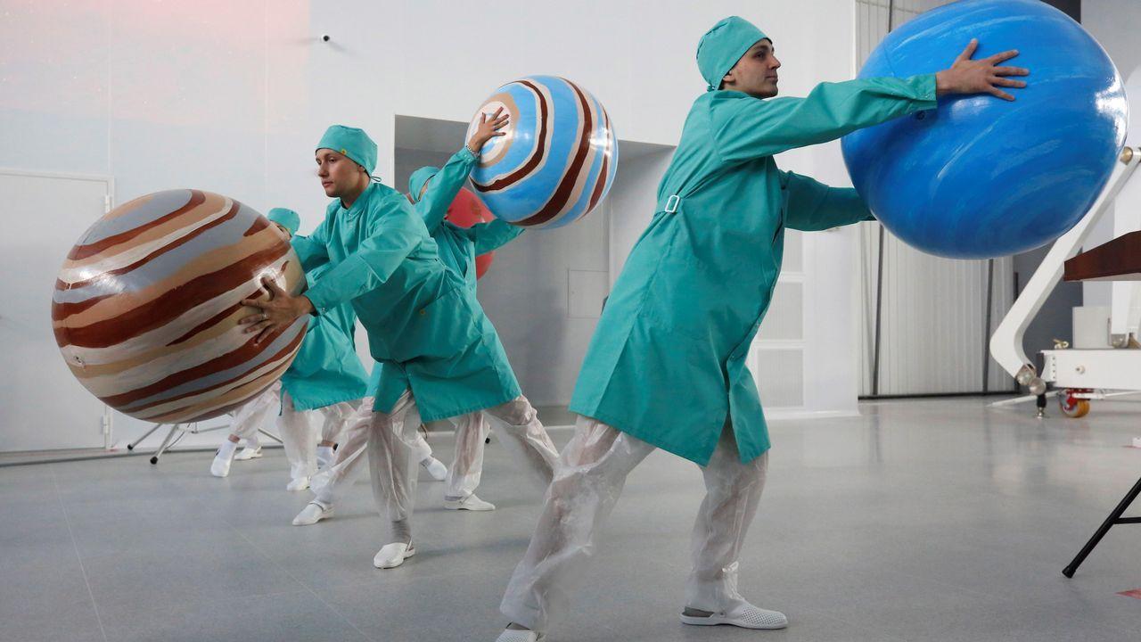 Varios trabajadores sostienen bolas que simulan planetas durante la apertura del nuevo taller para montaje de módulos de carga en la Planta de Radio Yaroslavl (Rusia)