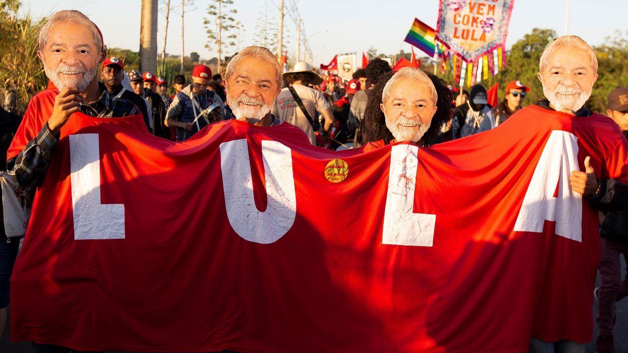 Activistas del Movimiento Sin Tierra (MST) marchan en apoyo a la candidatura presidencial del exmandatario Luiz Inácio Lula da Silva para las elecciones de octubre próximo en Brasilia (Brasil). Miles de activistas del MST llegaron hoy a Brasilia en apoyo de la candidatura presidencial de Lula da Silva, que será registrada este miércoles pese a que está preso por corrupción. Según el propio MST, se trata de unas 5.000 personas.