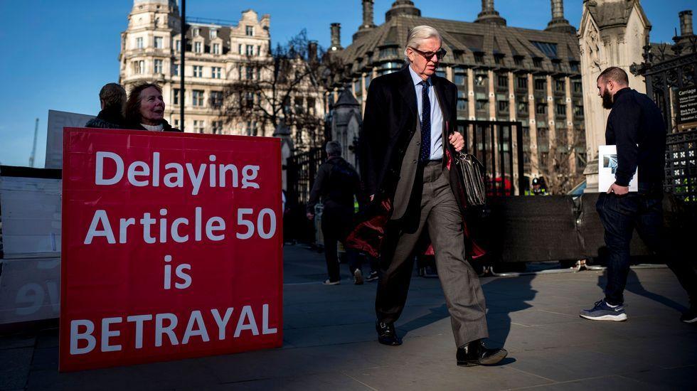 Theresa May ofrece su dimisión a cambio de que se apruebe su plan del «brexit».Familias de las víctimas del Domingo Sangriento reunidas en una protesta en Londonderry, Irlanda del Norte