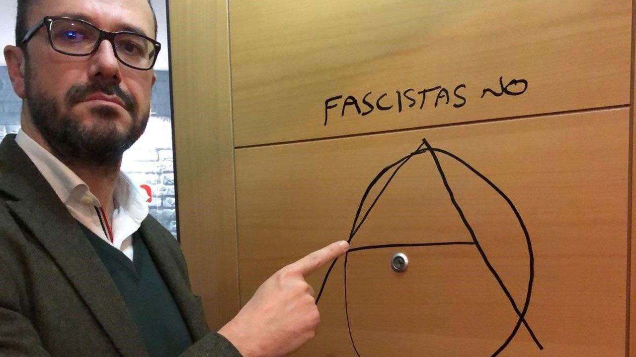 Feministas de toda Andalucía se concentran ante el parlamento andaluz.Ignacio Blanco, candidato a las elecciones autonómicas por Vox, mostrando la pintada en la puerta de su despacho