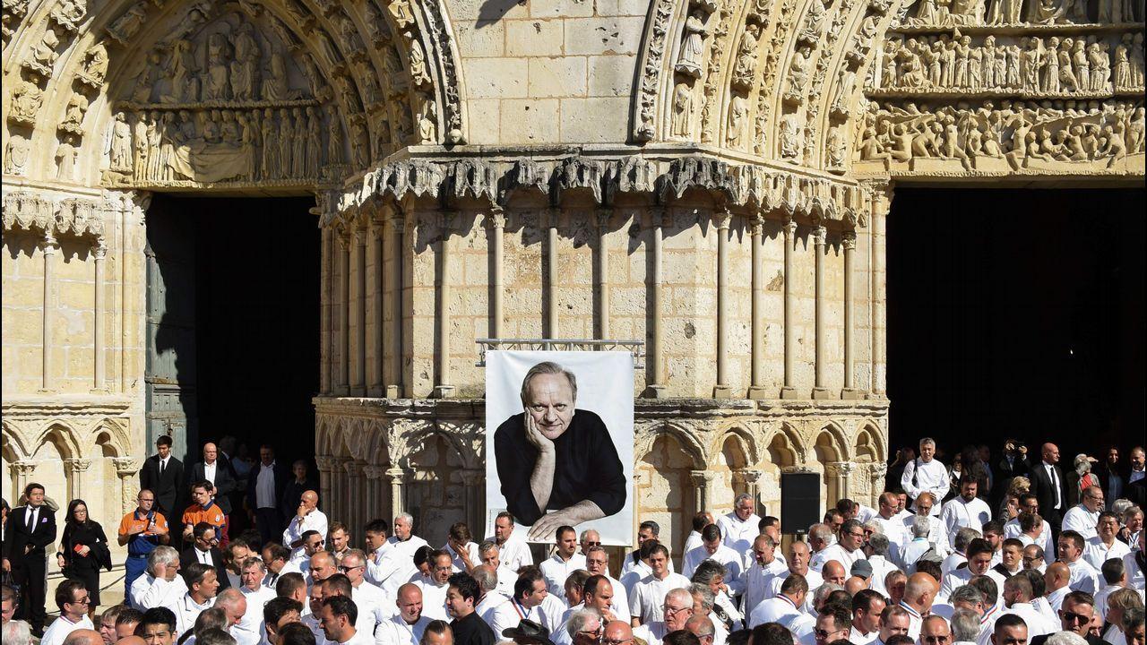 .Los principales nombres de la cocina francesa, así como los seguidores extranjeros y miles de simpatizantes, asistieron a un homenaje público a Joel Robuchon, el chef Michelin con más estrellas del mundo que falleció a principios de este mes