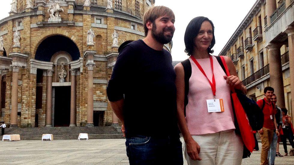 Dacio Alonso, de UCE-Asturias, con Daniel Ripa y Rosa Espiño, de Podemos.Daniel Ripa y Carolina Bescansa, en la Universidad Laboral de Gijón