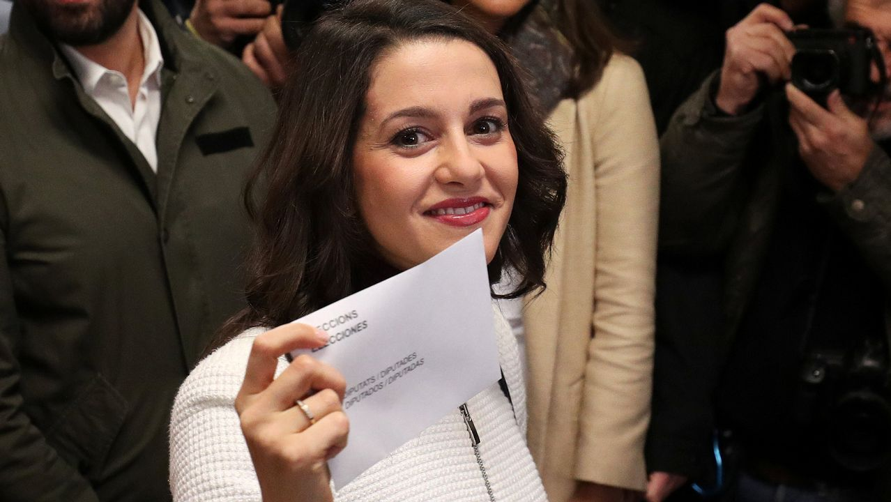 .La candidata de Ciudadanos, Inés Arrimadas, votó en un colegio de Barcelona.