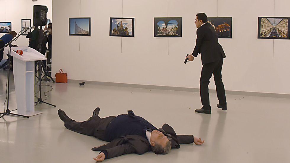 Asesinan a tiros al embajador ruso en Turquía al grito de «venganza por Alepo»