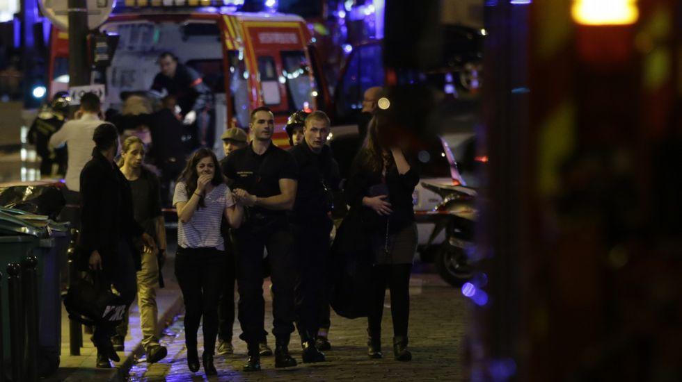 La gente huye despavorida de las explosiones y los disparos.