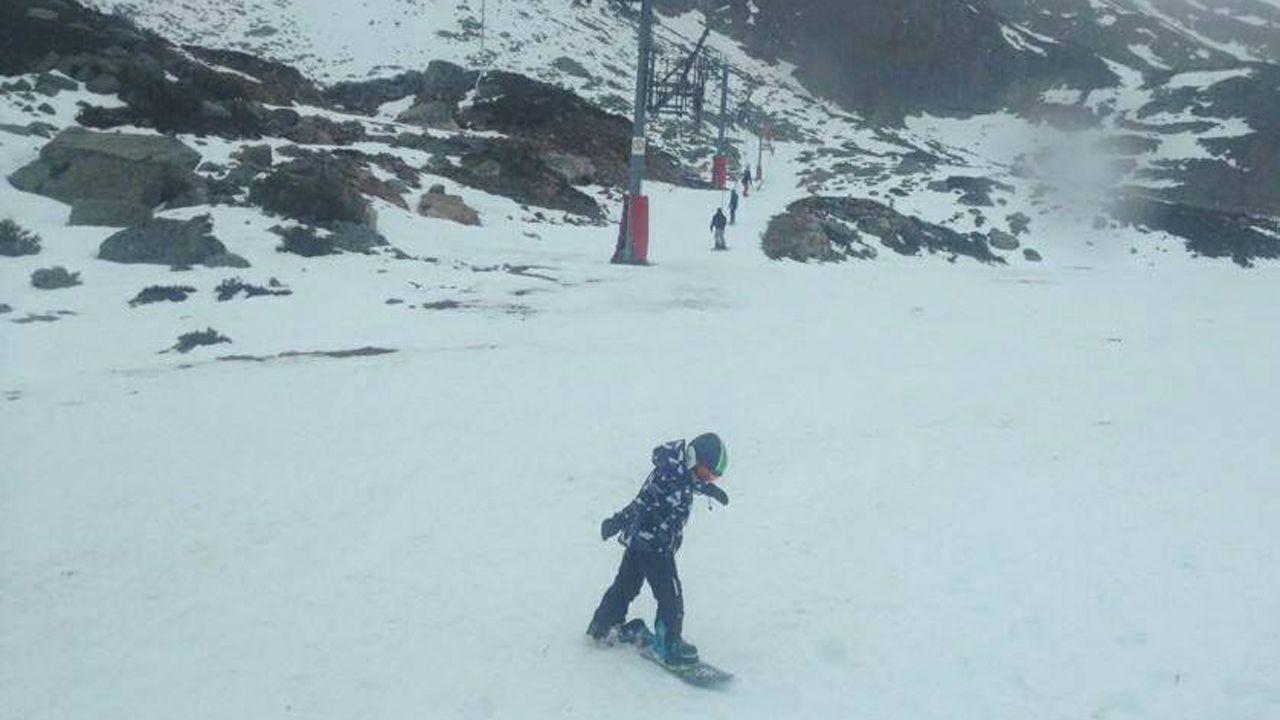 Un chico practica snowboard en la estación de esquí Fuentes de Invierno