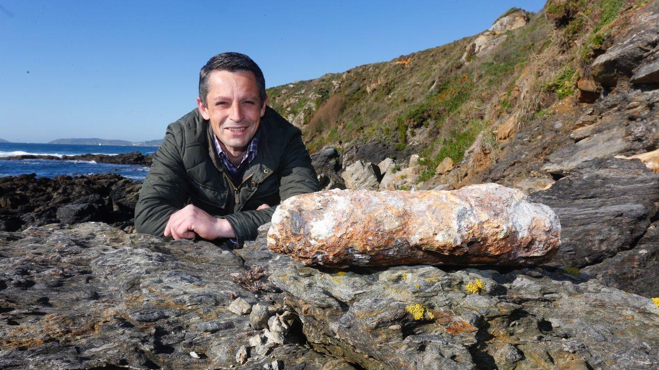 Descubre un proyectil de los años cincuenta en un acantilado de Sanxenxo