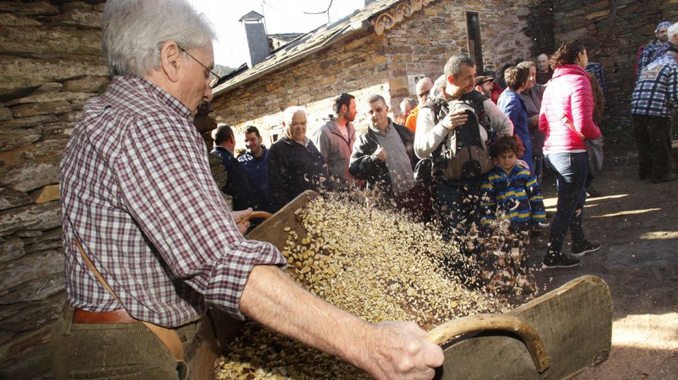 ¿Sabes o que é a pisa da castaña?.Gran fabada en la Comida en la Calle de Avilés