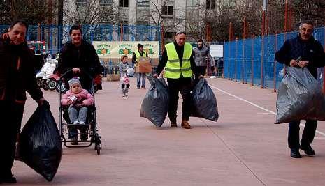 Creciendo en seguridad vial.Un grupo de voluntarios de Vespamiñor recogiendo ayer parte de la mercancía.