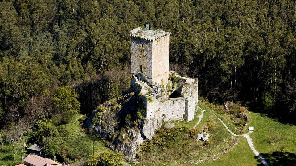 El castillo de Nogueirosa, en Pontedeume. Está considerado un Ben de Interés Cultural y no es sólo importante po su belleza, sino por su tradición histórica. Su posición estratégica, servía además para dominar todo el valle del Eume y sus Fragas.