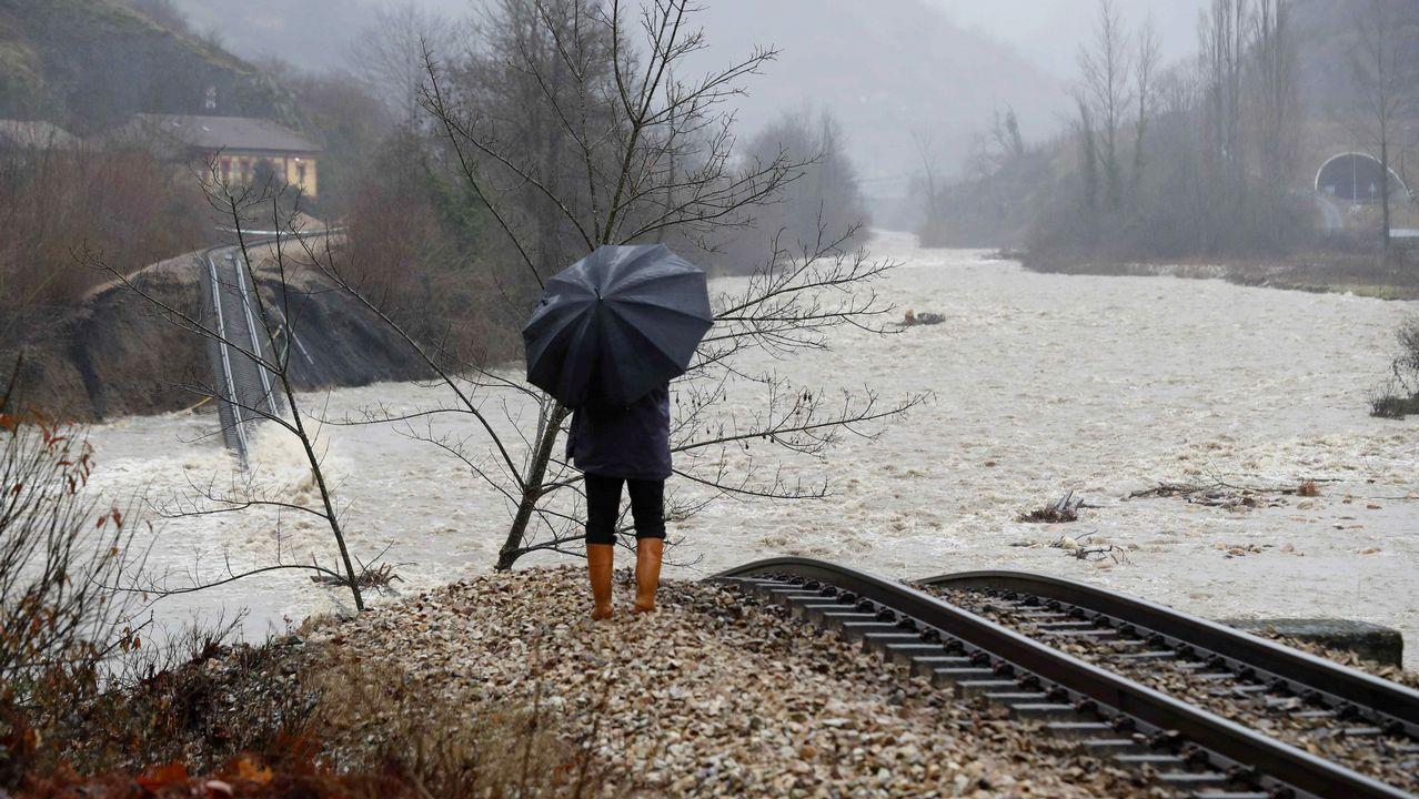 Aspecto que presenta la vía de tren a su paso por Serrapio-Cabañaquinta, en el concejo de Aller (Asturias), a causa del temporal de lluvias