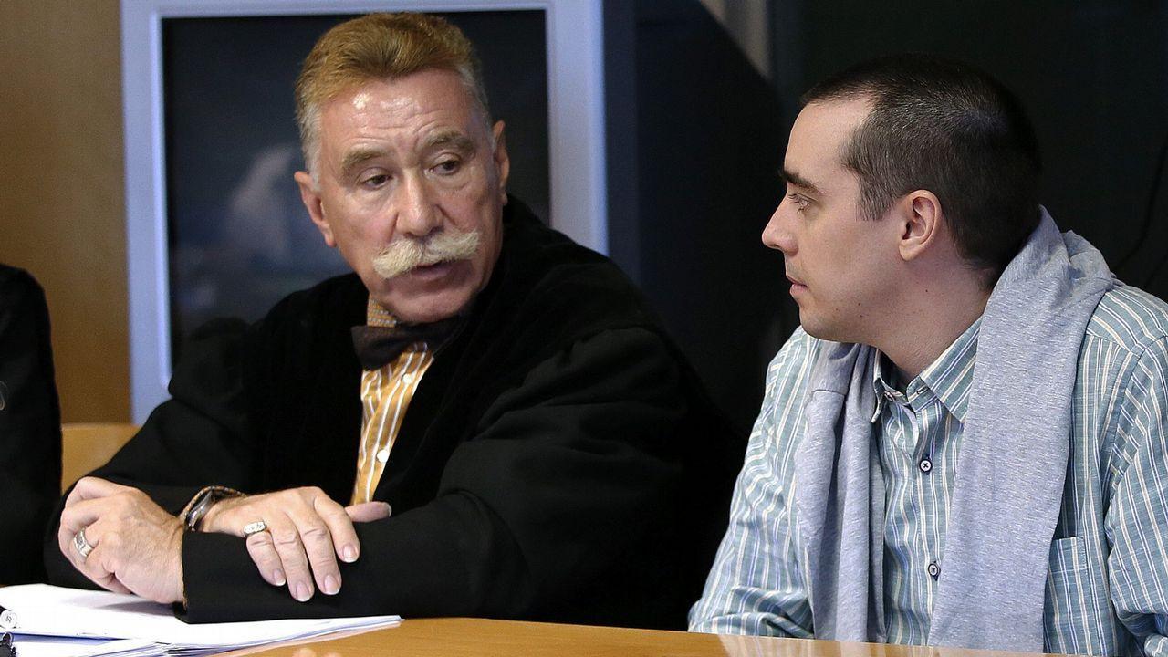 .Bruno Hernández, acusado de dos asesinatos, con su abogado durante el juicio