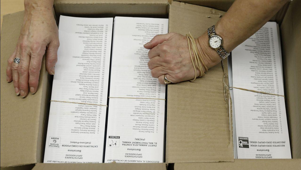 .Apertura de ua caja con papeletas en el centro cívico La Sedeta, en Barcelona