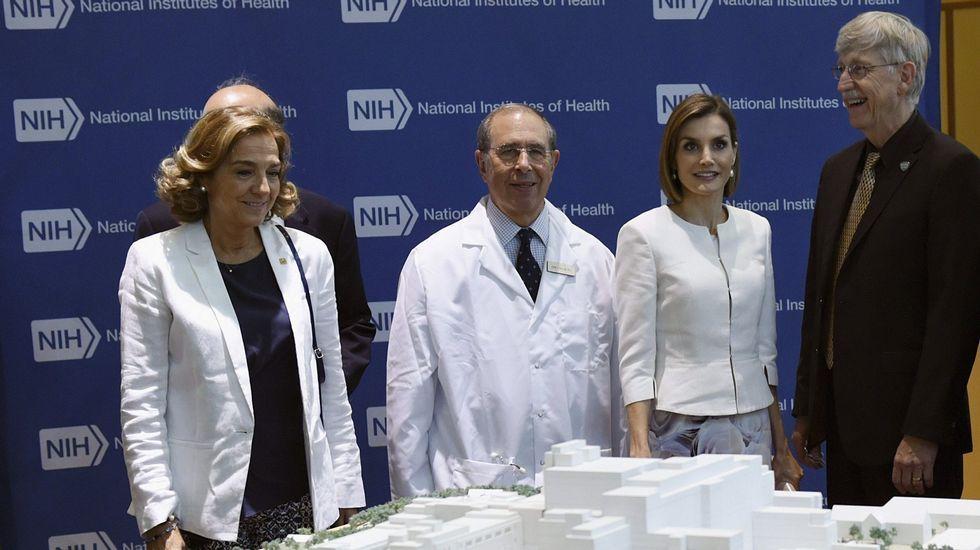 .Otro «look» con chaqueta blanca durante su visita al Insituto Nacional del Cáncer.