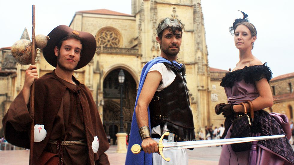 El Camino Primitivo a su paso por Lugo.Los actores de Peregrinando Oviedo, frente a la Catedral.