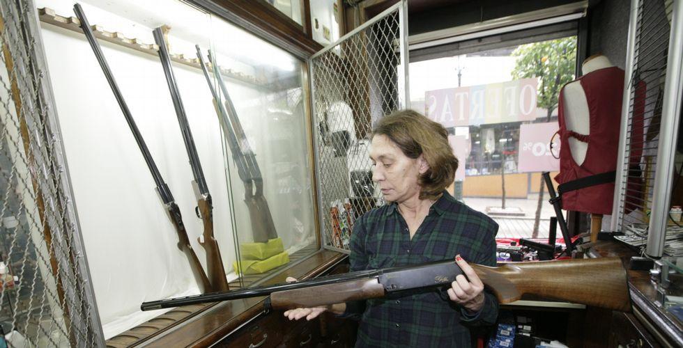 La armería La Naval, en la calle Carral, es todo un referente en Vigo y lleva más de medio siglo vendiendo armas de todo tipo y precio.