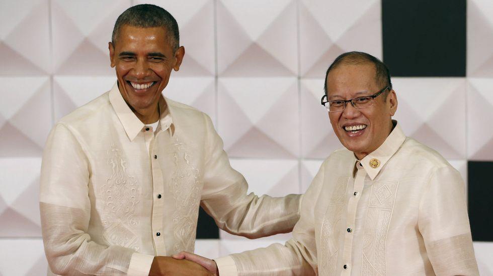 Obama saluda al presidente de Filipinas, Benigno Aquino, durante la cena de gala de la APEC, en donde se encontrará con el presidente chino, Xi Jinping