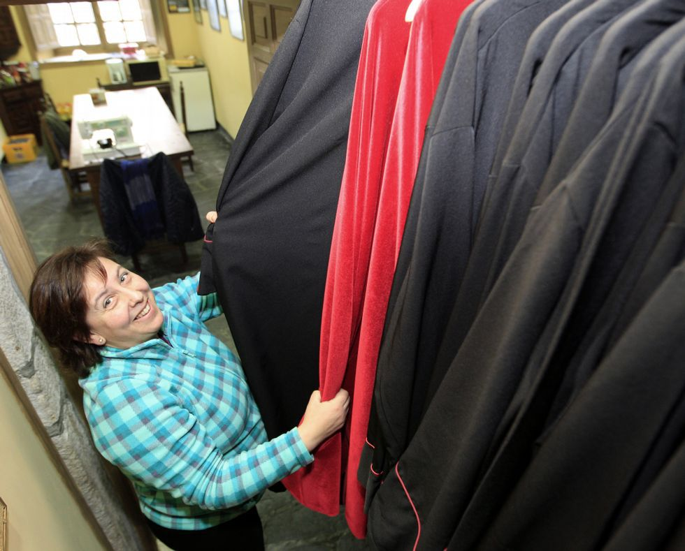 Rosario Pérez está no grupo de costura e preparación dos traxes.
