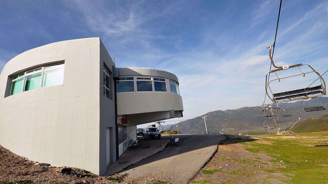Ocho maravillas de la arquitectura moderna asturiana.Trenes de Renfe estacionados en Pola de Lena. El temporal de nieve ha interrumpido esta mañana el tráfico ferroviario entre Asturias y León, por lo que Renfe ha puesto en marcha un plan alternativo de transporte de viajeros