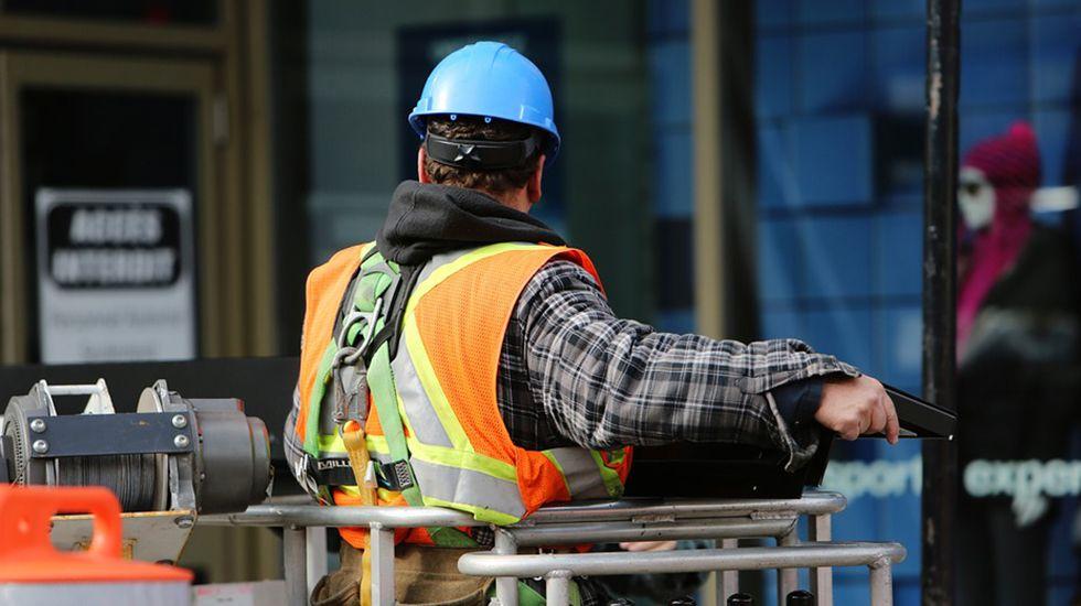 .Un trabajador de la construcción