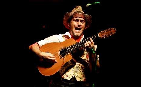 La canción benéfica contra el ébola.Las raíces flamencas de Raúl Rodríguez abrieron los conciertos en A Quintana.