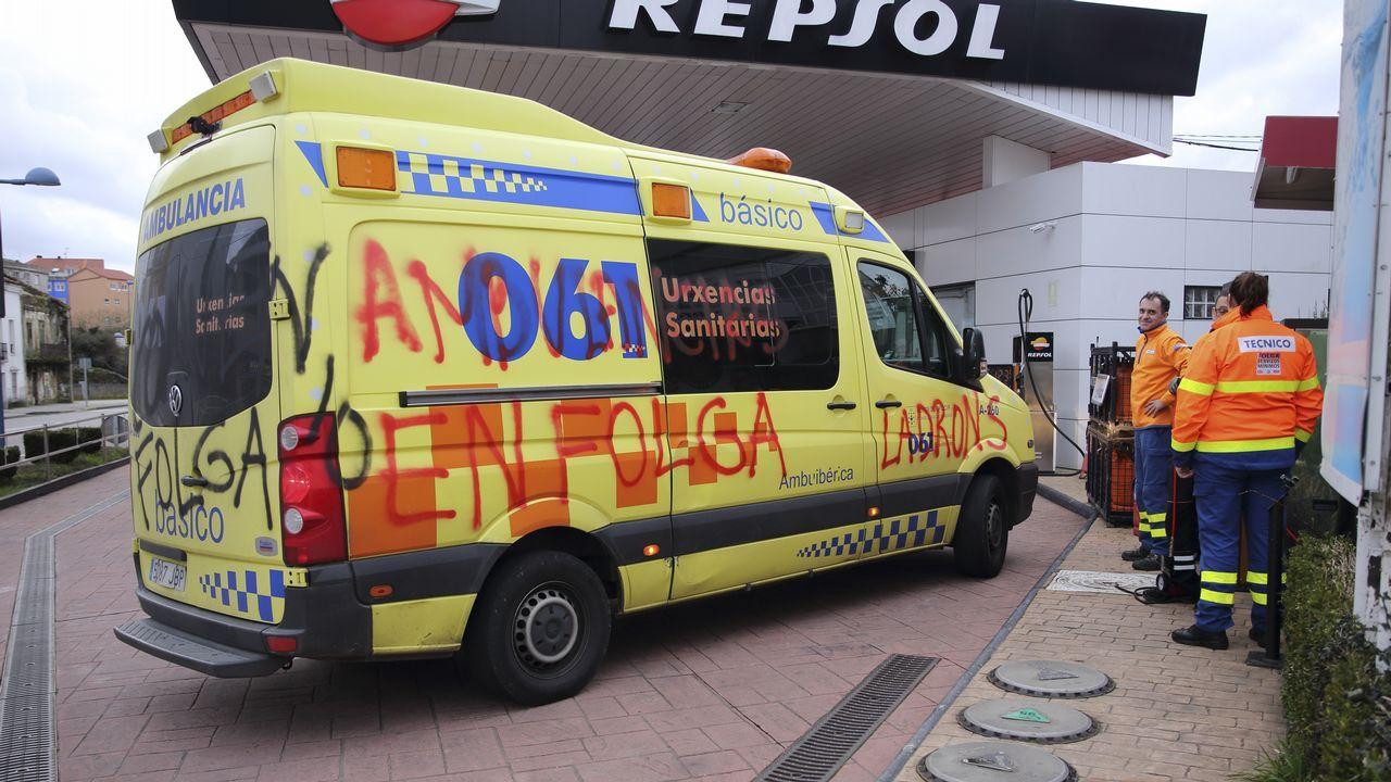 El entorno de los hospitales coruñeses se llena de coches mal aparcados.VISTAS DEL CHUAC. HOSPITAL