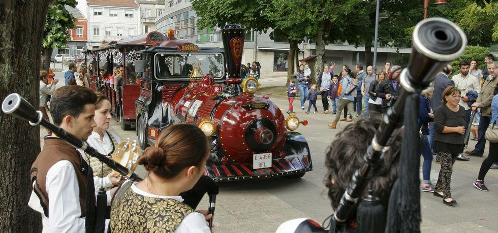 Las gaitas y el tren turístico pusieron el toque lúdico y festivo al inicio de la nueva edición del Carballo por Etapas.