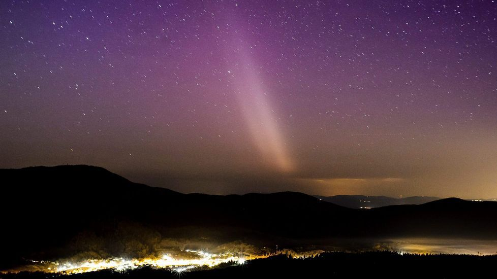 Altas temperaturas en Galicia.Aurora boreal sobre la ciudad de Plilisszentkereszt, a 26 kilómetros al norte de Budapest, en Hungría.