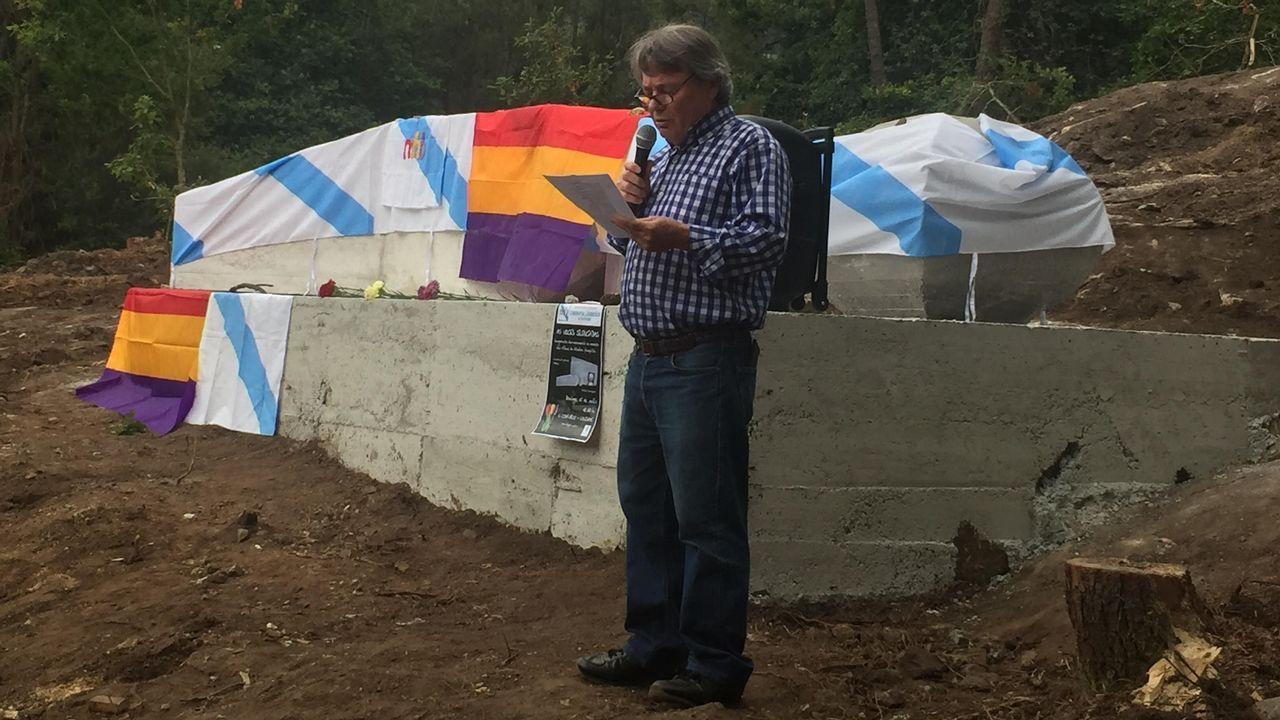 Homenaje a Anxel Casal en Cacheiras.El pasado domingo, decenas de personas protestaron por el traslado de los restos del Valle de los Caídos
