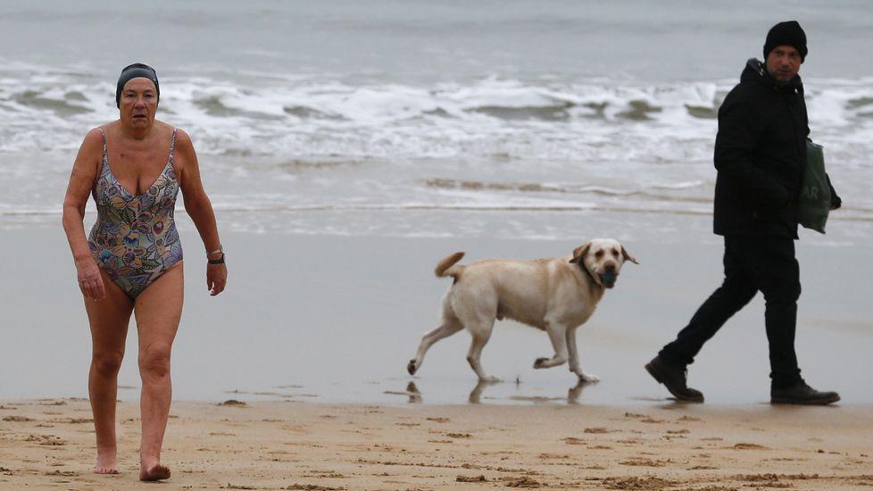 .Una mujer sale del agua en la playa de La Concha en San Sebastián, donde las temperaturas fueron esta madrugada de -1.