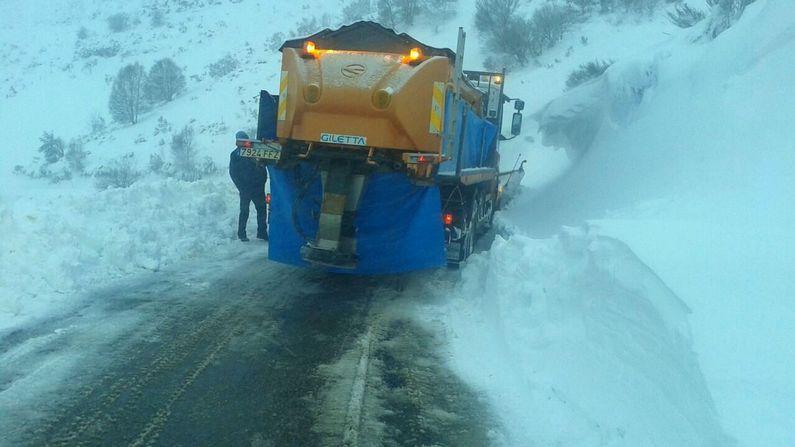.Operarios de la Diputación echan sal en la carretera Seoane do Courel-Pedrafita, en un tramo en el que el viento suele acumular grandes cantidades de nieve