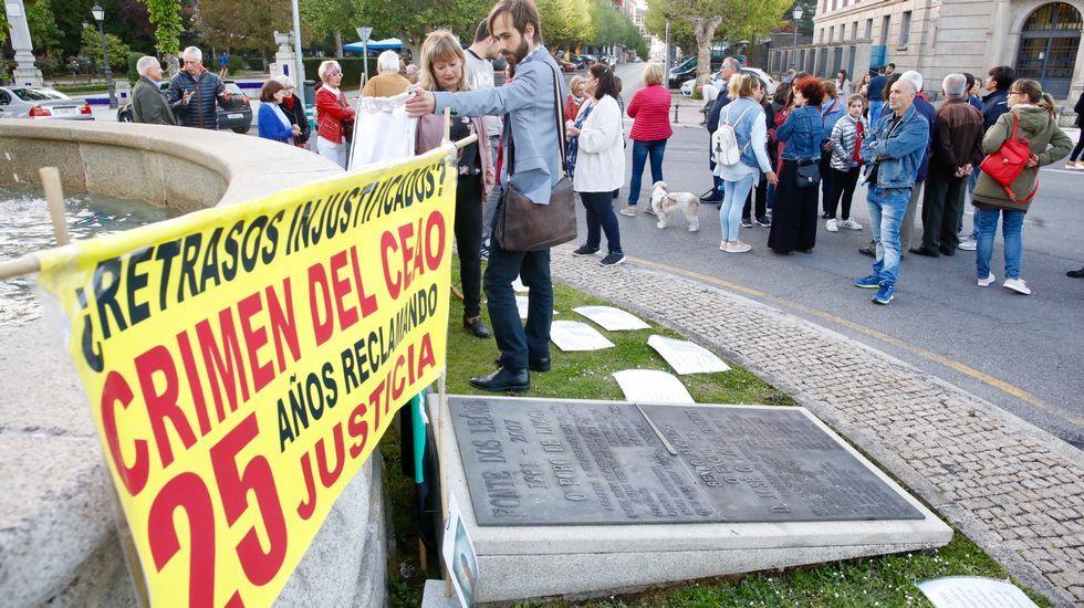 Concentración y lectura de manifiesto en la plaza de Aviles de Lugo por el crimen en el Cash de o Ceao