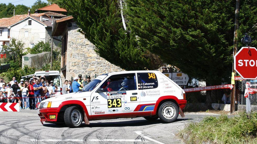 Un coche toma una curva durante en de los tramos que discurrieron por la Comarca de la Sidra, en el Rally Princesa de Asturias 2016.Un coche toma una curva durante en de los tramos que discurrieron por la Comarca de la Sidra, en el Rally Princesa de Asturias 2016