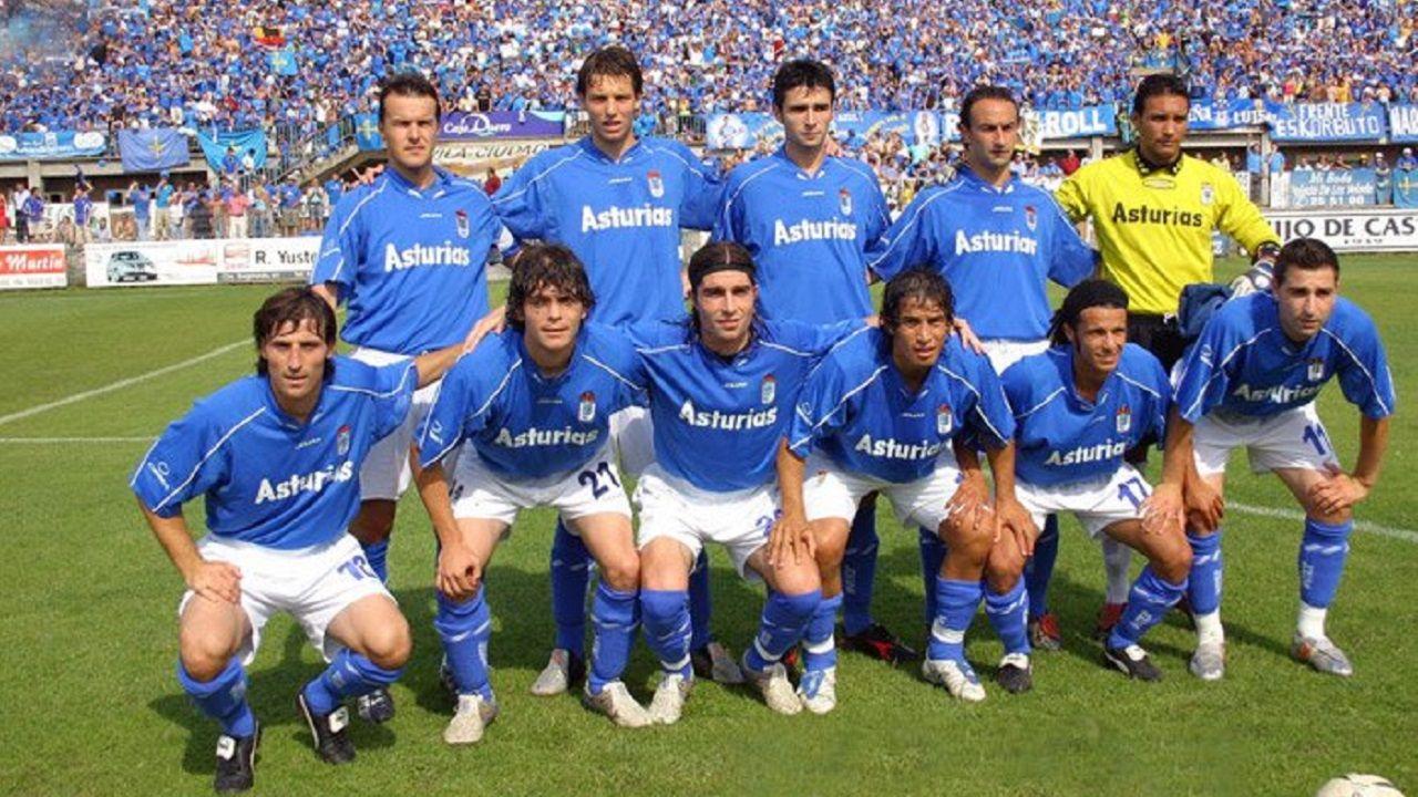 Juanchi Gonzalez Real Oviedo Avila playoff ascenso.Juanchi González, el tercero por la derecha en la fila de abajo, durante la promocion frente al Avila