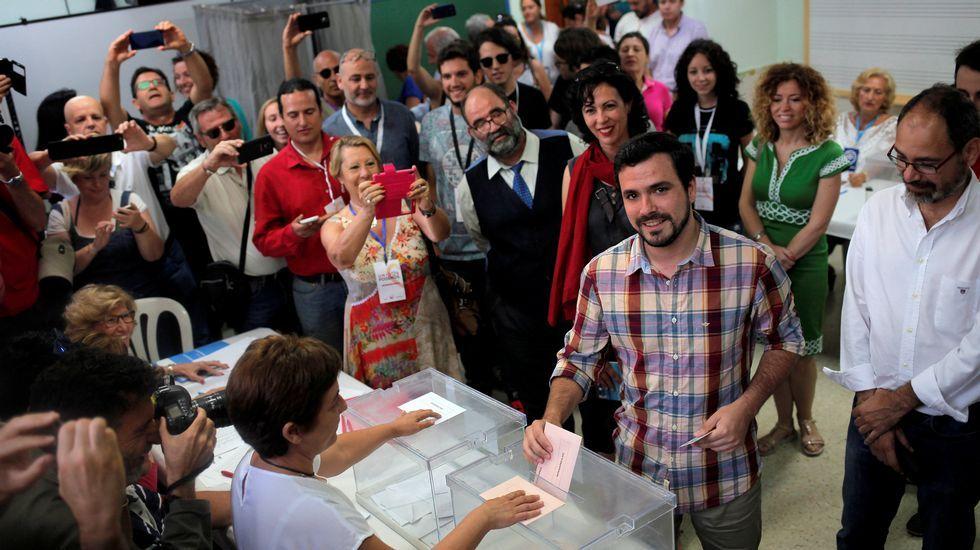 .El líder de IU ha acudido a votar muy temprano en el Rincón de la Victoria (Málaga)