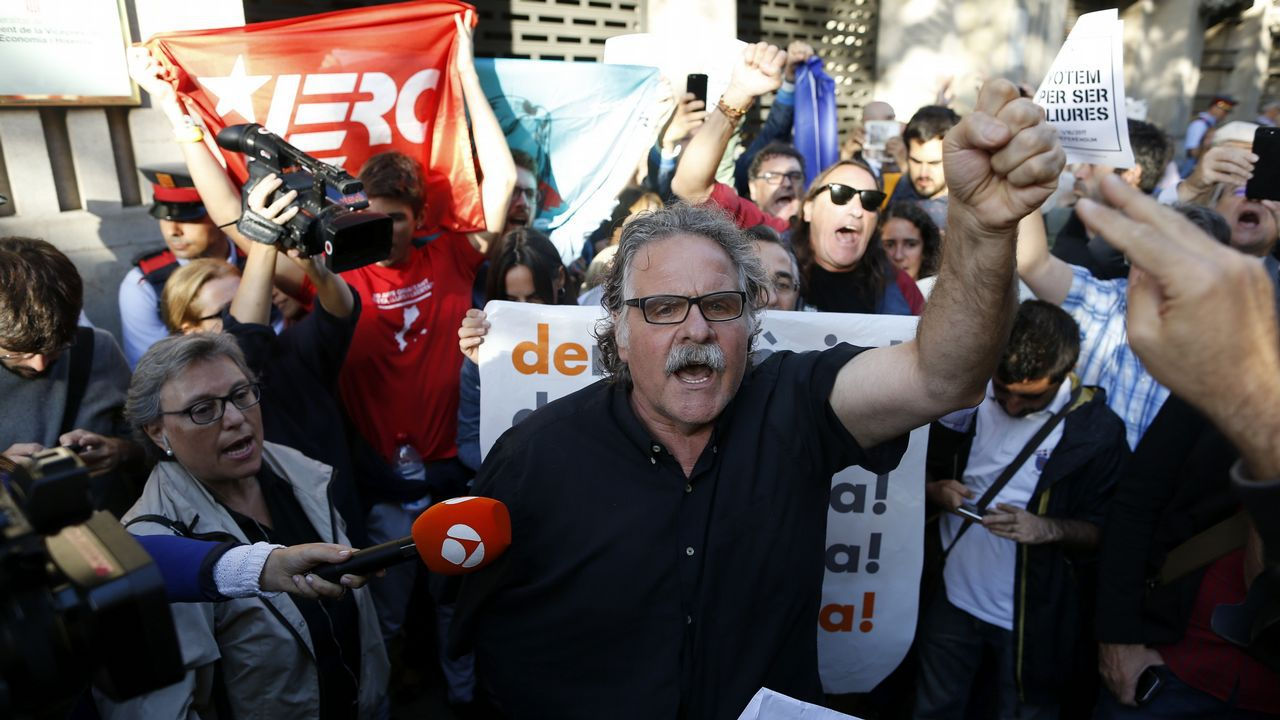 Protesta ante la consellería de Economía de la Generalitat contra las detenciones llevadas a cabo por la Guardia Civil, en la que también participó el diputado de ERC Joan Tardà
