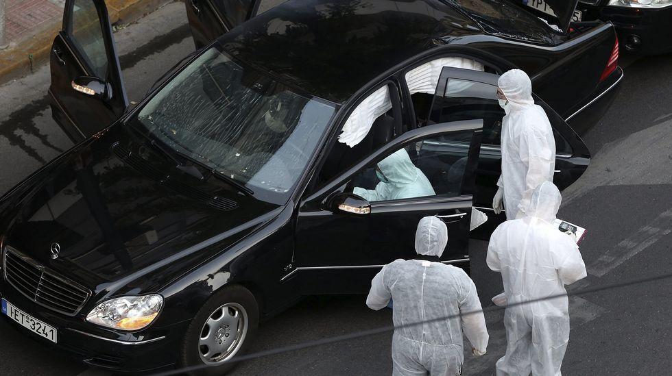 .Policías recogen pruebas del vehículo blindado del ex jefe de Gobierno griego
