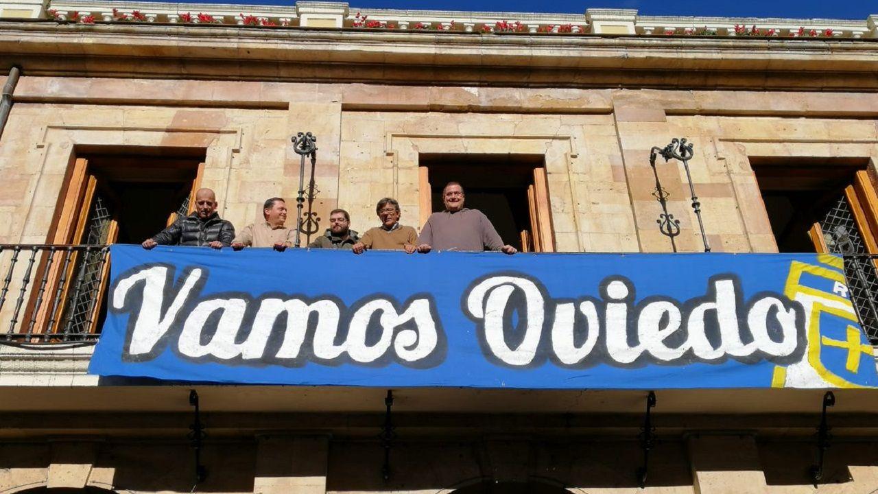 Carlos Tartiere aficion Real Oviedo.Concejales y representantes de la APARO y Fondo Norte con la pancarta