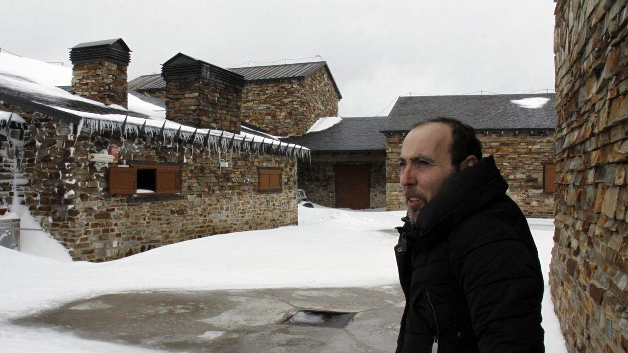 Así se vive el invierno en un hotel a 1.800 metros de altitud.Un ejemplar de lobo fotografiado en el concello coruñés de Dumbría