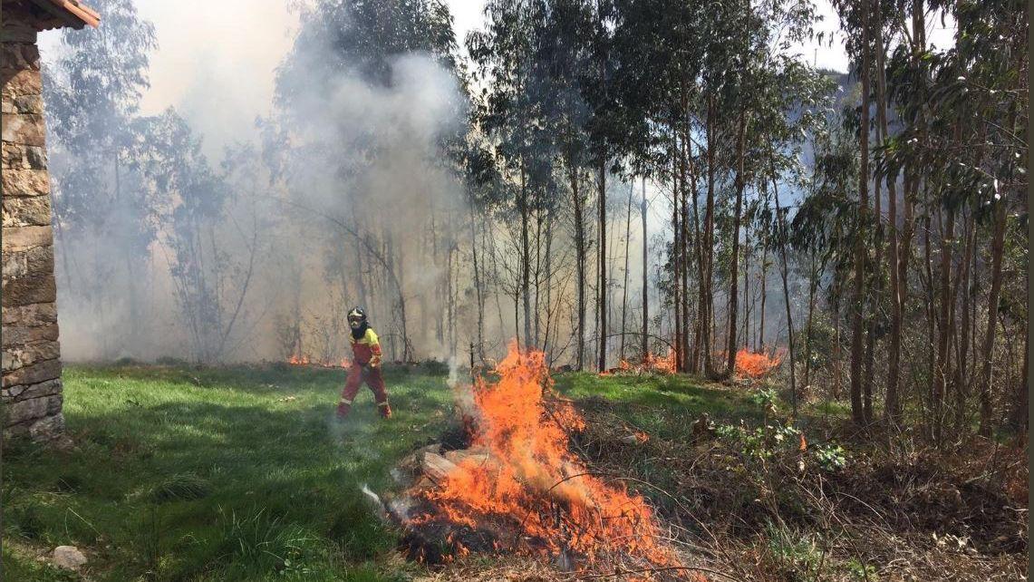 «Los trabayos y los díes de la mina»: un tesoro visual de la historia reciente de Asturias.Bomberos de Asturias en los incendios en San Feliz