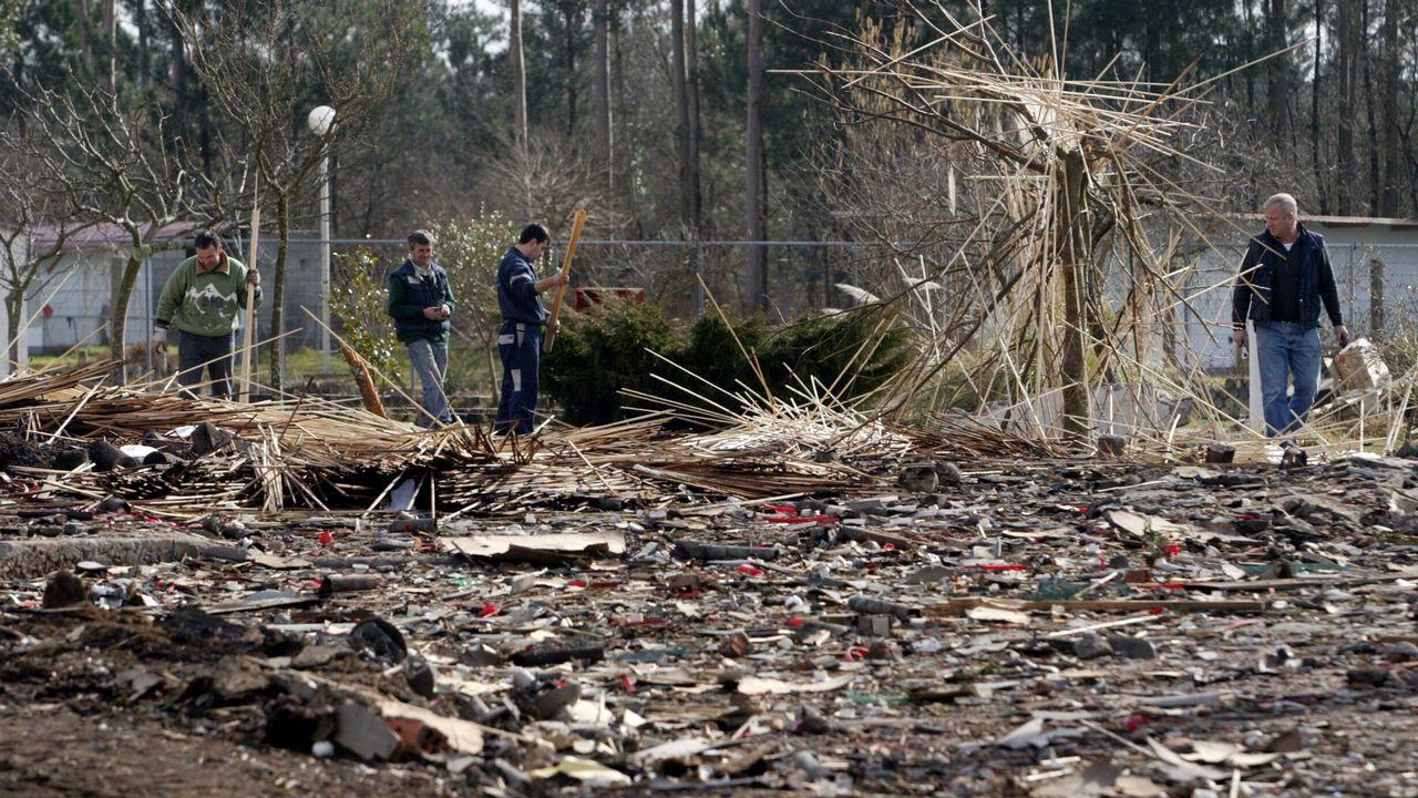 .Retirada de escombros tras la explosión de la pirotecnia Calo en 2006
