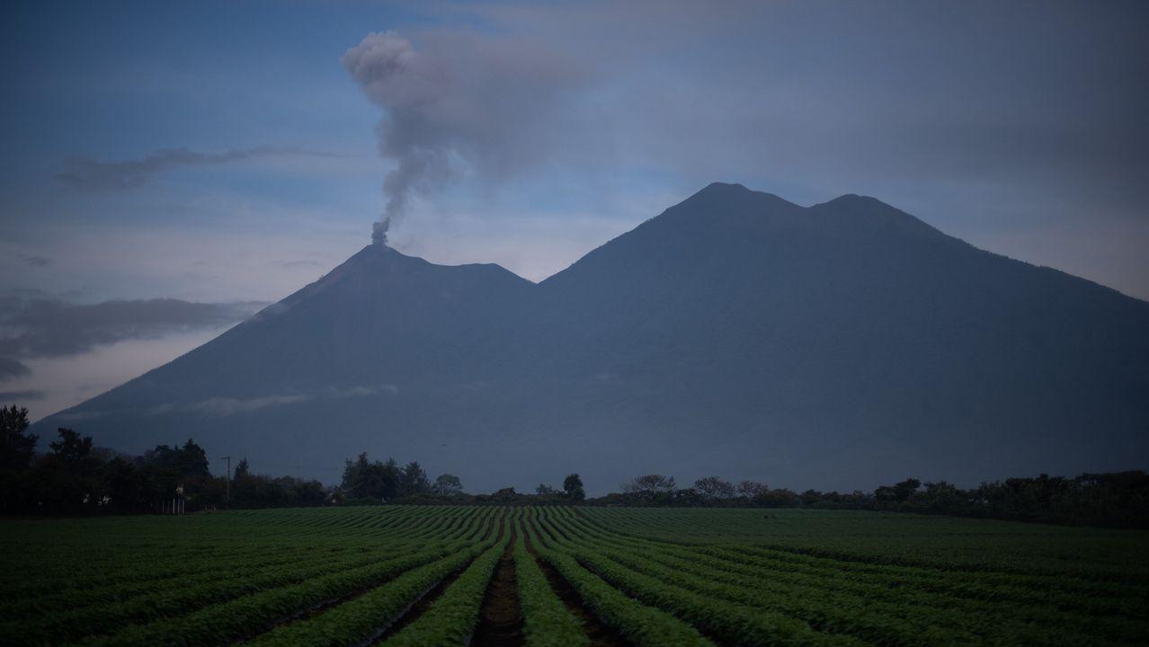 Columna de humo y ceniza en el volcán Fuego de Guatemala