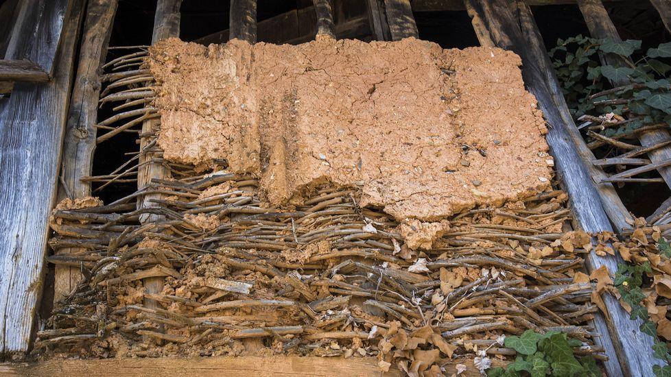 Ruta de Peites. Detalle de la construcción con pallabarro en una de las casas del pueblo