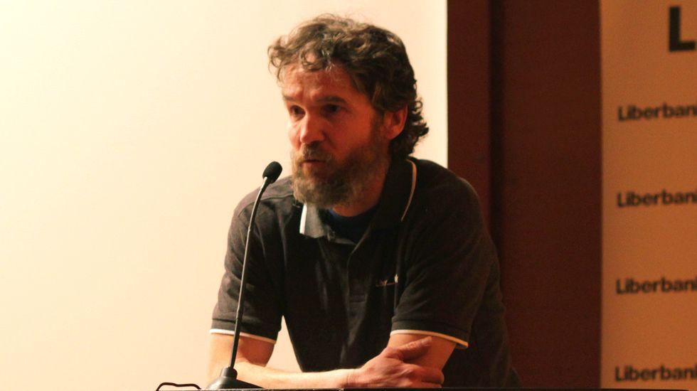 Jorge Egocheaga inicia su tour de conferencias a los alumnos del Principado.Placa conmemorativa al político asturiano José Maldonado