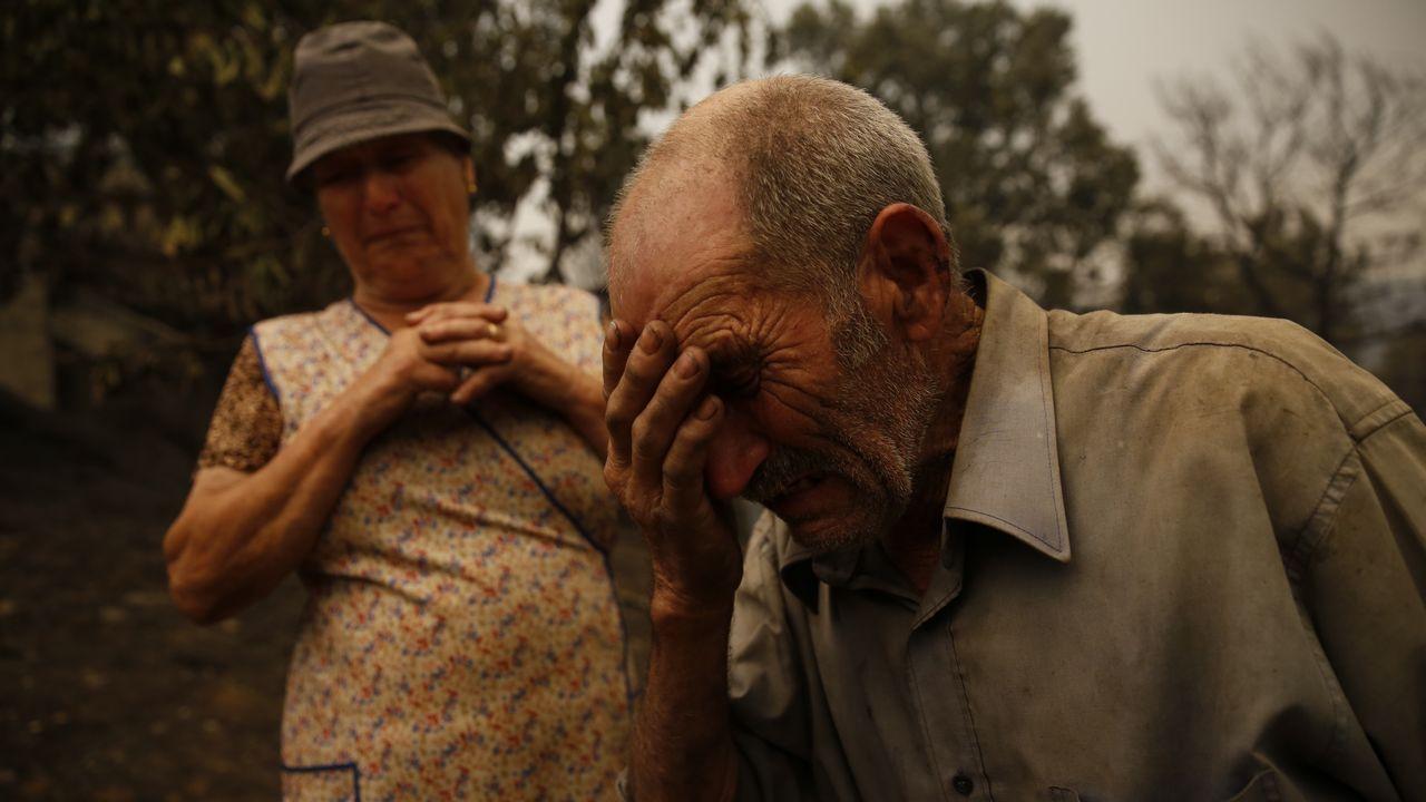 .Las lágrimas de dos vecinos el domingo tras la dramática madrugada vivida en Pedrógão.